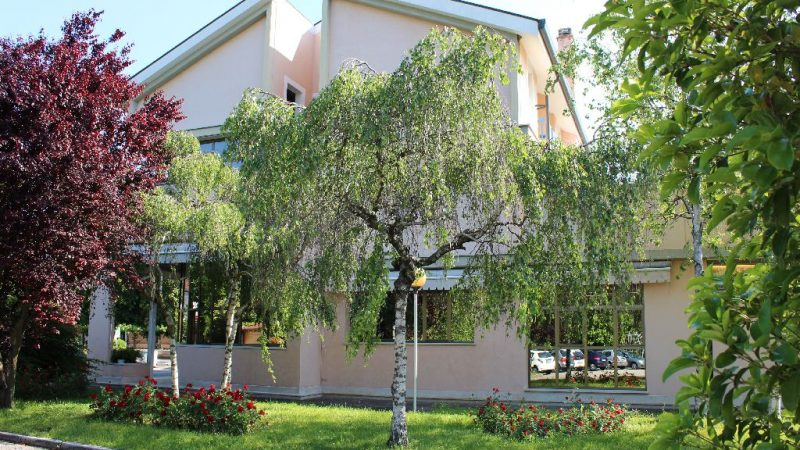 vista esterna dell'edificio dal giardino