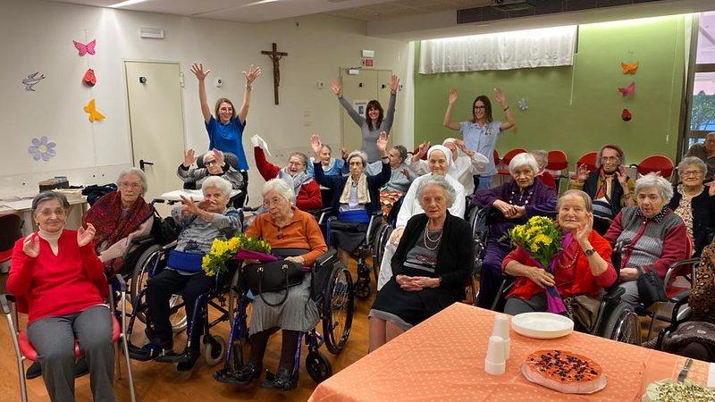 Tutte le donne della nostra struttura con le braccia in alto